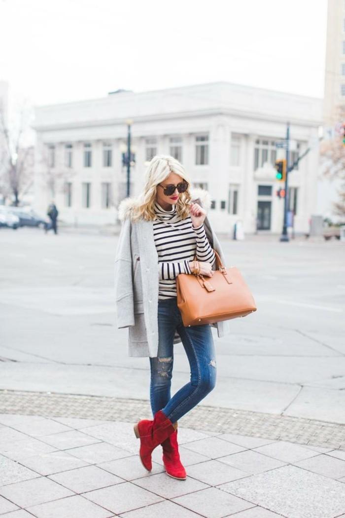 tenue avec bottines rouges, sac à main beige, blouse blanc et noir, cheveux blonds