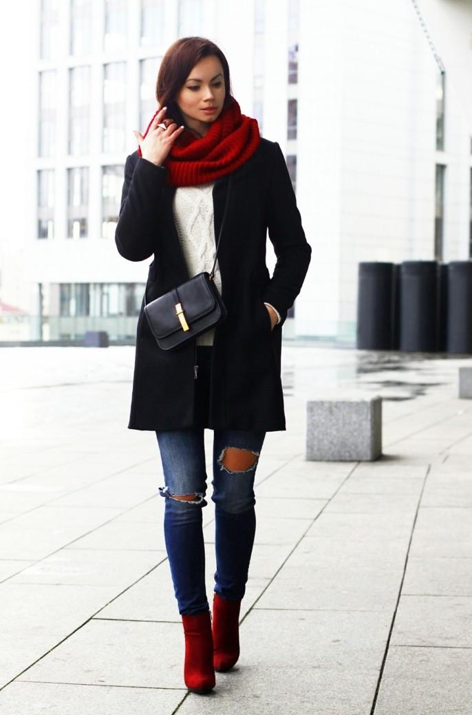 tenue jean noir, veste longues, bottines rouges, pull over blanc, pochette noire
