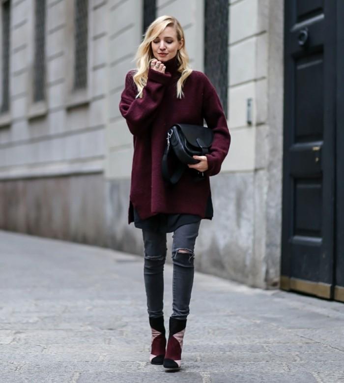 tenue jean noir déchiré, sac à main en cuir, poncho pull bordeaux, cheveux blonds