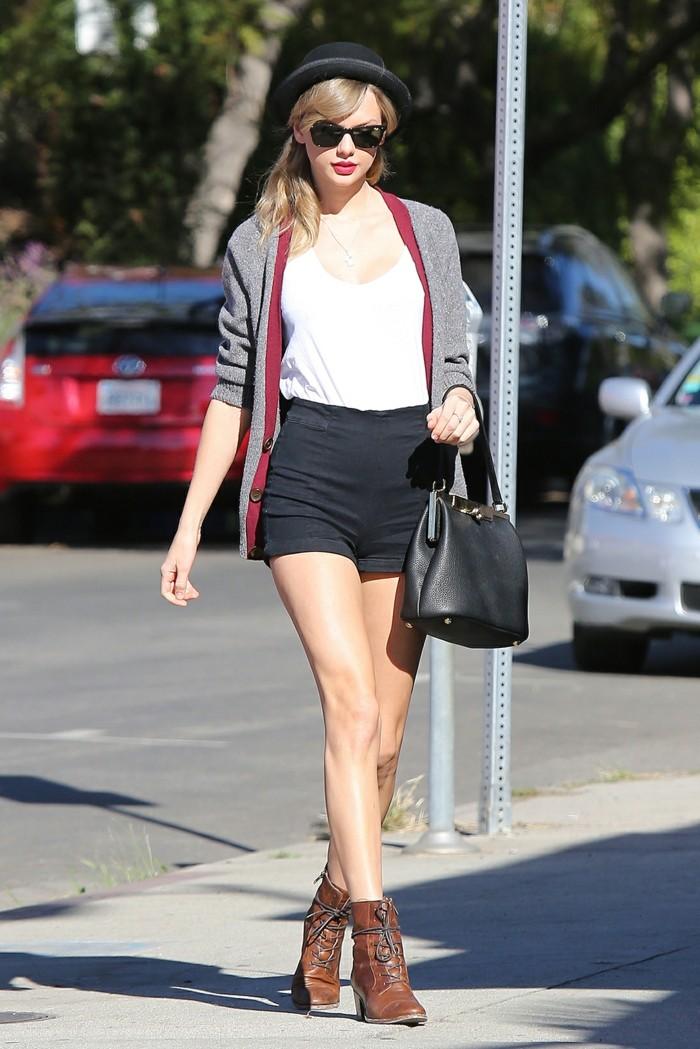 tenue jean noir, paire de shorts, débardeur blanc, gilet gris, chapeau noir