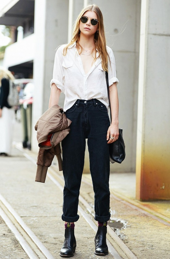 tenue jean noir, chemise blanche, lunettes de soleil, cheveux blonds