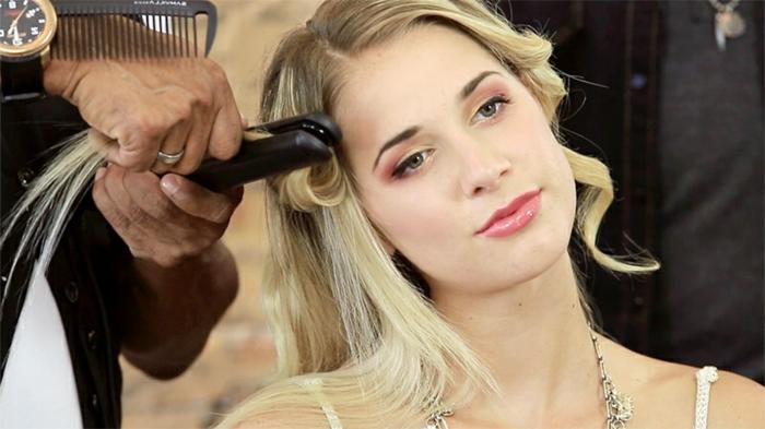 boucle-avec-lisseur-cheveux-blonds-coiffure-simple-collier-maquillage-rose