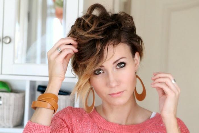 boucle-avec-lisseur-coiffure-cheveux-courts-blouse-rose-bracelets-et-boucles-d'oreille-marron