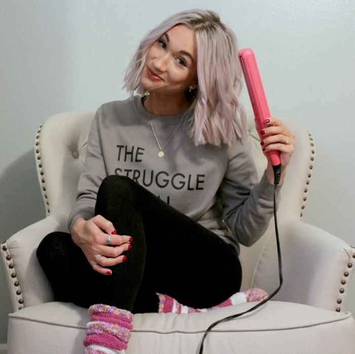 boucler-ses-cheveux-avec-un-lisseur-sweat-gris-femme-chaussons-rose-pantalon-noir