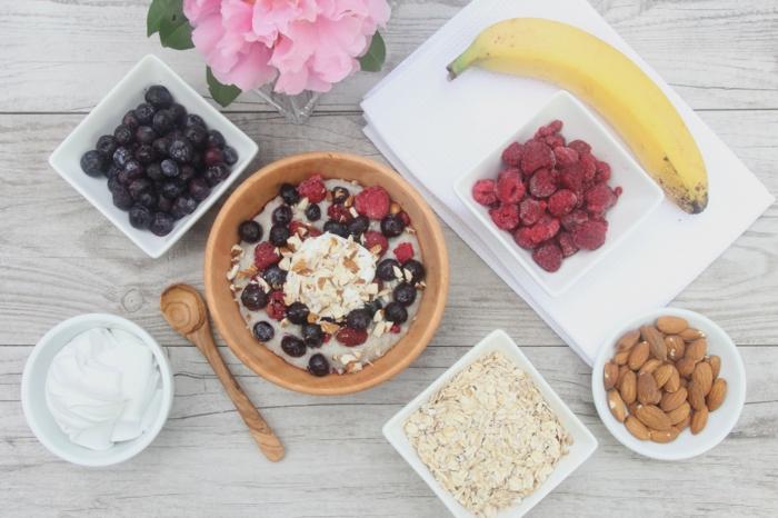 porridge recette, lait de coco, banane, vanille, myrtilles, amandes, framboises, yaourt, idée de bouillie fait maison