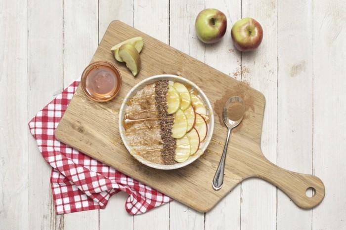 bouillie d'avoine, exemple de porridge aux pommes et miel de manuka, idée de recette saine à préparer soi meme