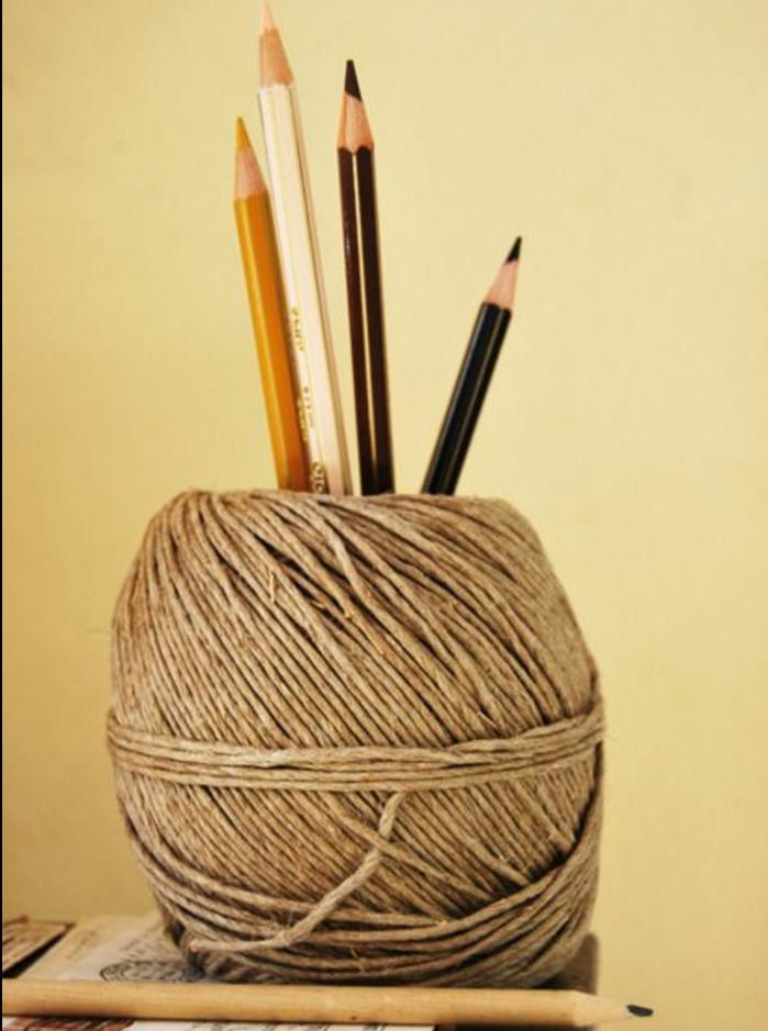 boule-en-laine-transformée-en-pot-a-crayon-diy-idée-comment-rangement-originalpour-crayon-a-faire-soi-meme