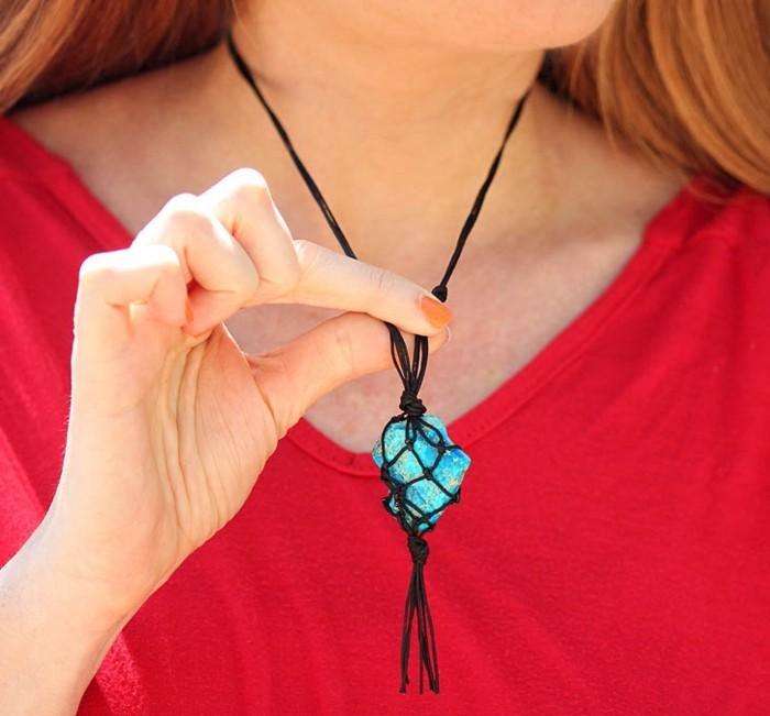 diy macramé, blouse rouge, manucure orange, collier en cristal turquoise, macramé technique