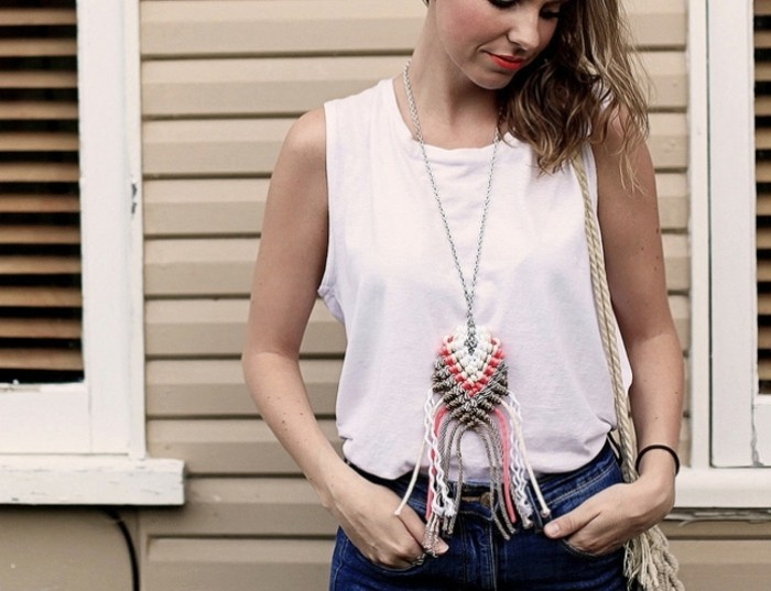 macramé technique, débardeur blanc, levres rouge, jeans, collier macramé