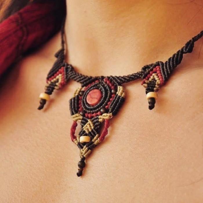 diy macramé, collier personnalisé, cristal rouge, fil noir et beige, macramé technique