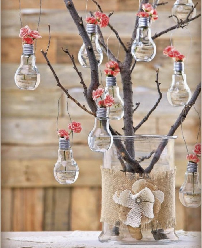 branche-arbre-dans-un-vase-en-verre-ampoules-électriques-remplies-d-eau-et-fleurs-roses-idée-activité-manuelle-printemps-decoration-maison-florale