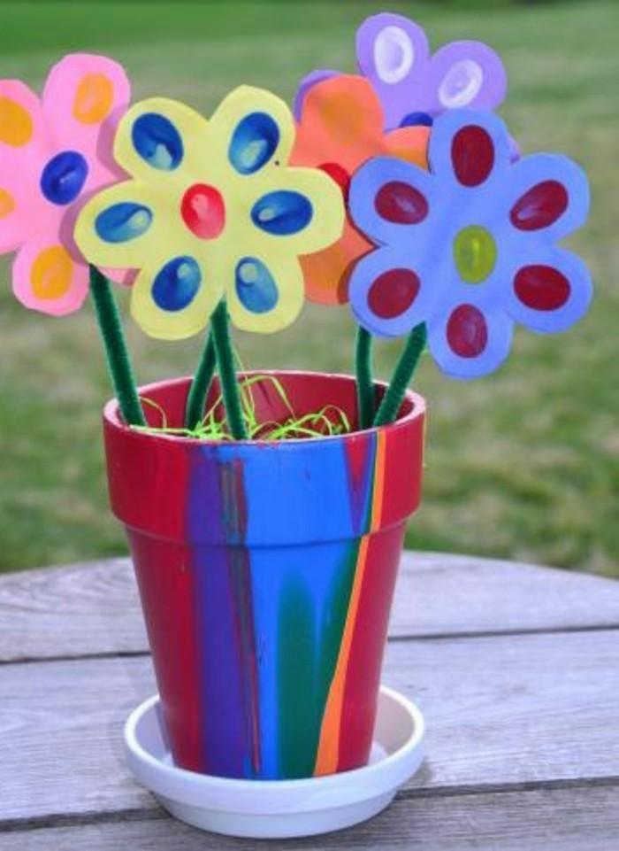 des fleurs en papier, pot de fleurs multicolore, idée activité créative en maternelle, bricolage enfant