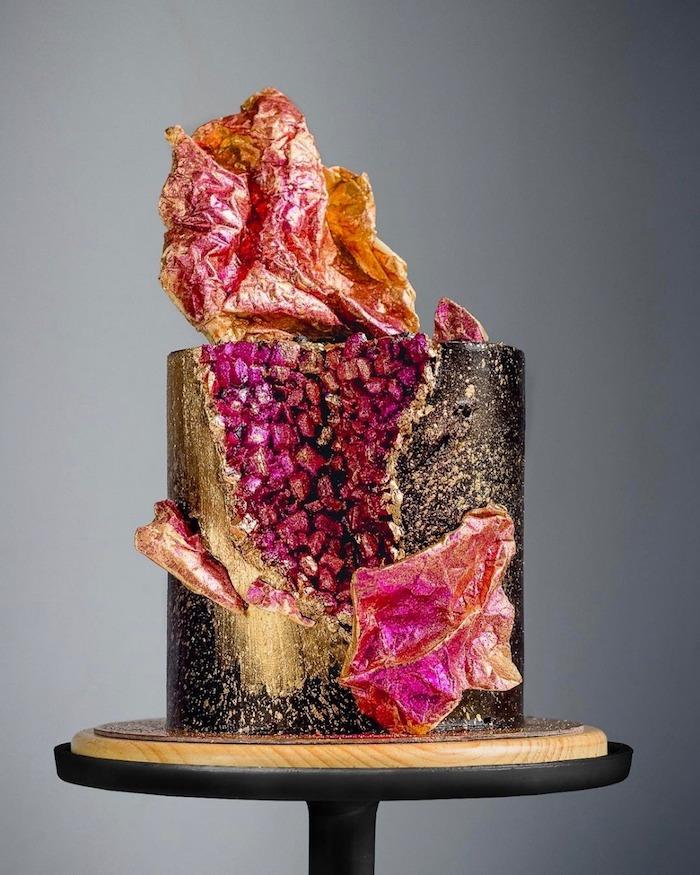 modele gateau geode abstrait avec interieur motif geode rose et des froufrous abstraits en rose, cuivre et or