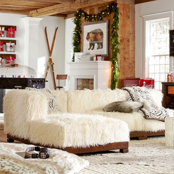 déco cocooning salon, cheminée blanche, tapis beige, plaids en fausse fourrure, grande fenêtre