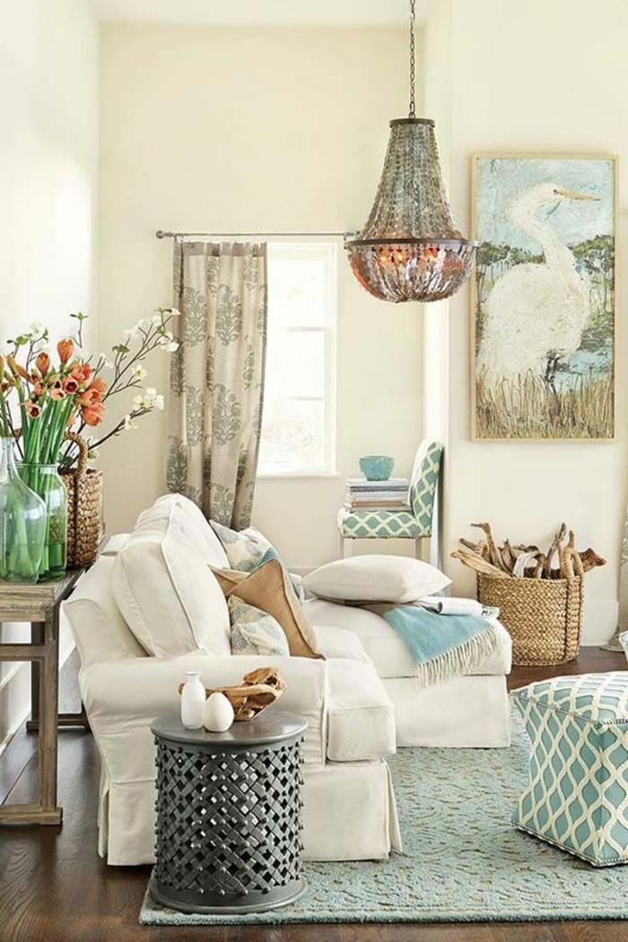 ambiance cocooning, canapé d'angle, tabouret turquoise, rideaux longs, panier en paille
