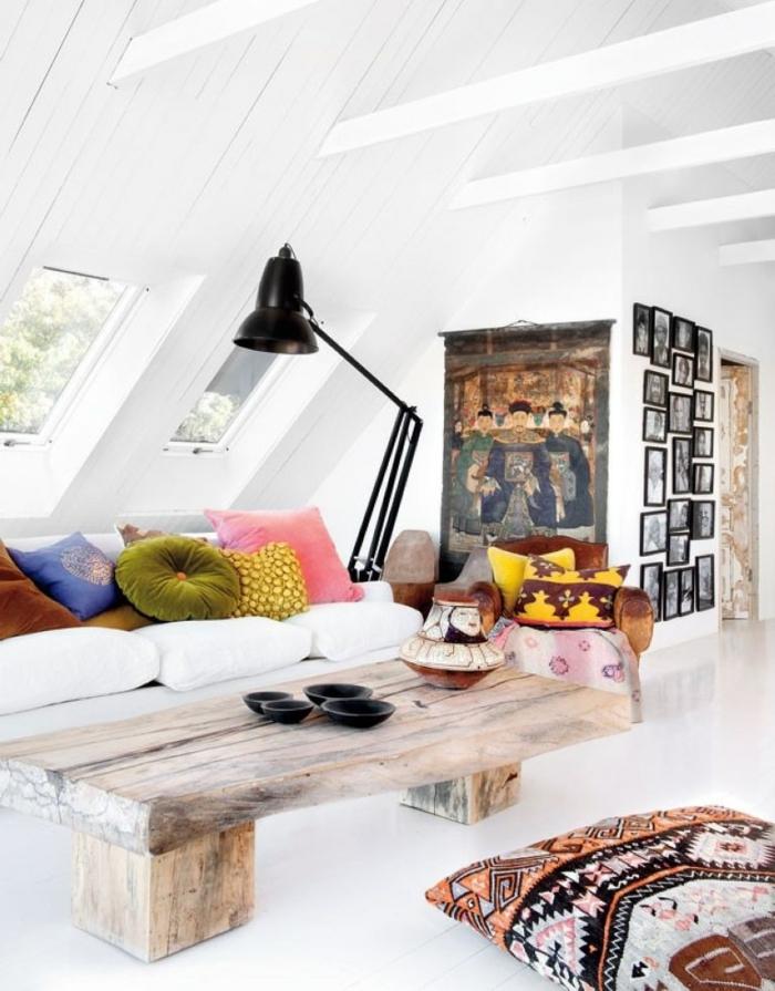 déco cocooning salon, plafond avec poutres en bois, murs blancs, coussins ethniques