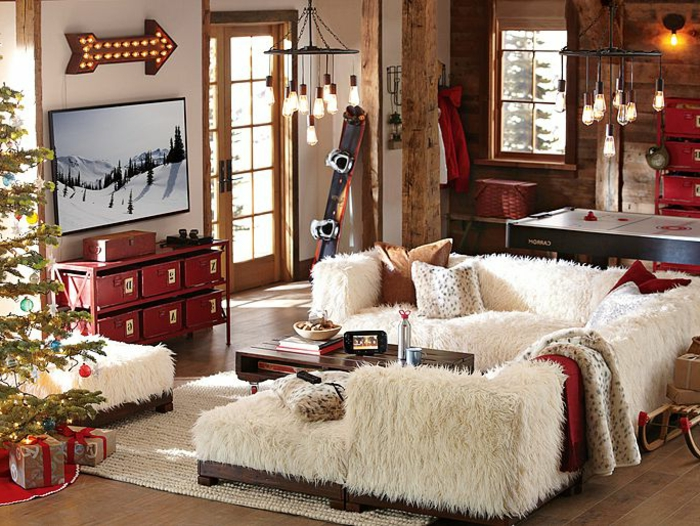 idée déco salon, paysage hivernal, canapé d'angle, plaids en fausse fourrure, tapis beige, parquet en bois
