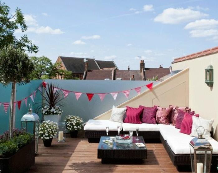 terrasse en composite, canapé d angle, coussins rose, table basse en bois, luminaires, plantes, modèle tropezienne terrasse
