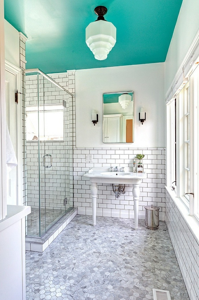 carrelage-blanc-cabine-de-douche-miroir-serviette-blanche-grande-fenetre