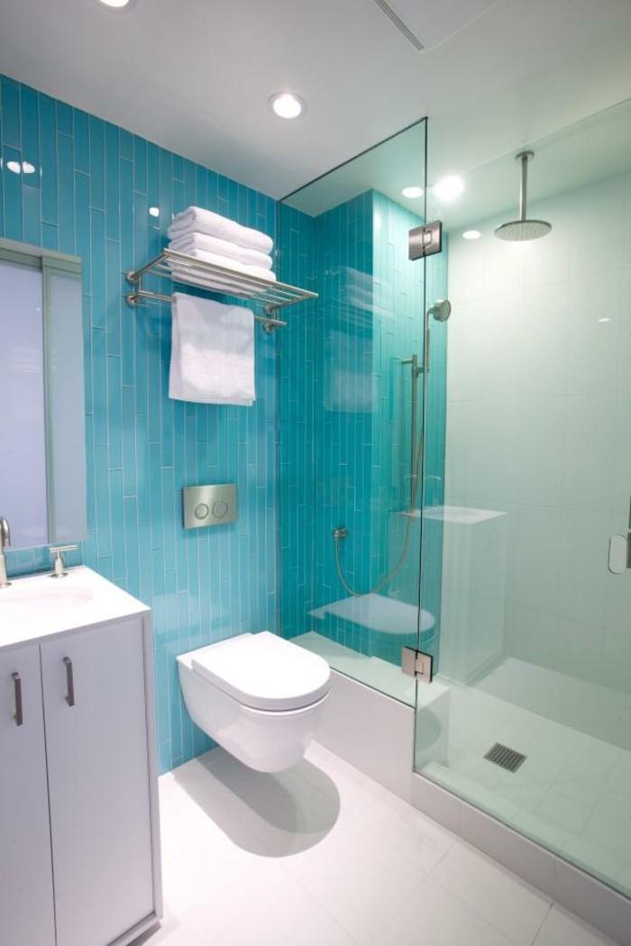 carrelage-douche-cabine-de-douche-murs-turquoise-lavabo-plafond-et-sol-blancs
