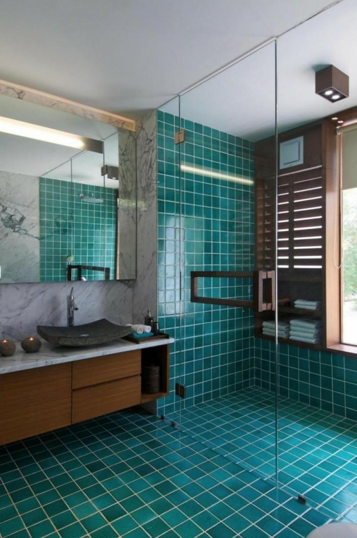 carrelage-douche-meuble-en-bois-bougies-allumées-grand-miroir-cabine-de-douche