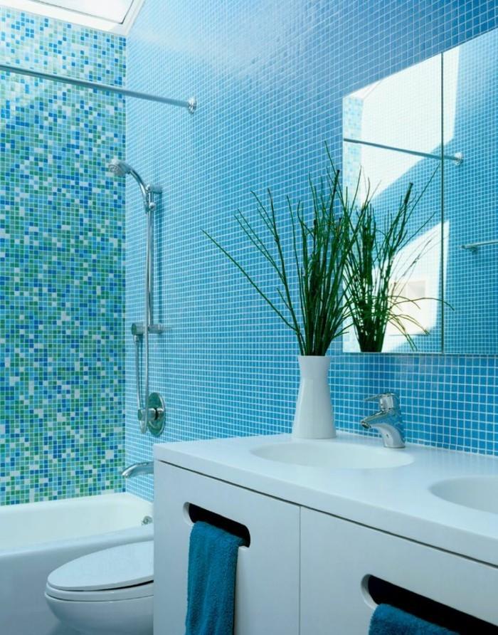 carrelage-douche-turquoise-plante-verte-miroir-serviettes-bleues-baignoire