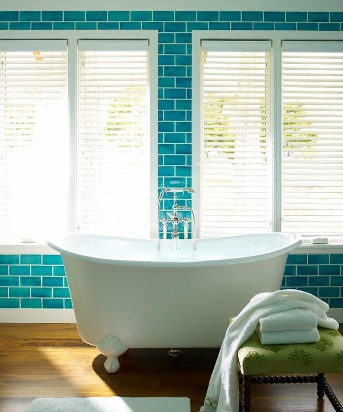 carrelage-salle-de-bain-baignoire-grandes-fenetres-stores-tabouret-en-bois