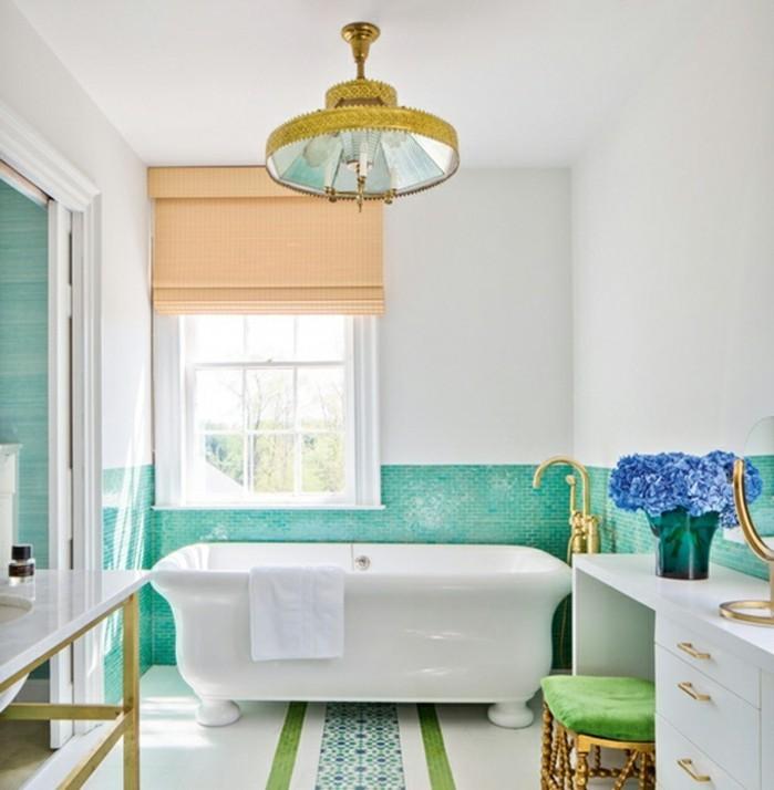 carrelage-salle-de-bain-turquoise-murs-blancs-tabouret-vert-bouquet-de-fleurs
