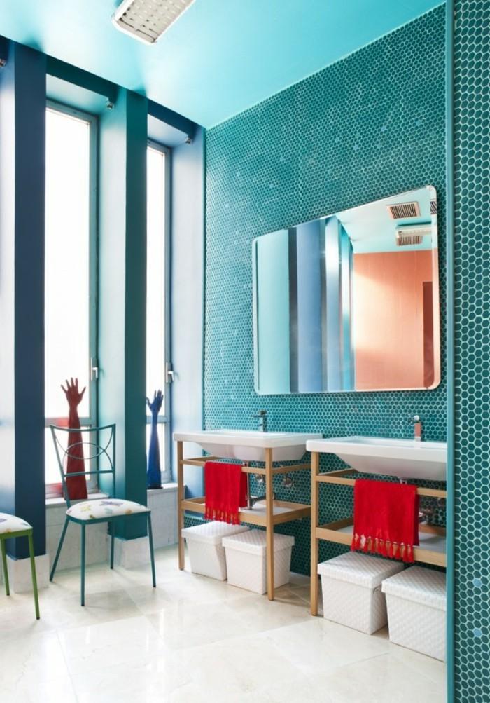carrelage-salle-de-bain-turquoise-serviettes-rouges-grand-miroir-chaise