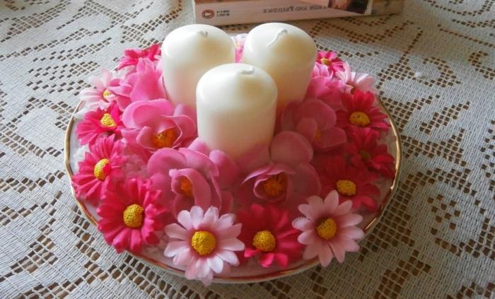 centre-de-table-decoration-printemps-composition-de-fleurs-et-de-bougies-idée-activité-manuelle-printemps-a-faire-soi-meme-facilement