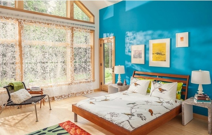 couleur chambre adulte, mur turquoise, grandes fenêtres, lit en bois, tapis vert et noir