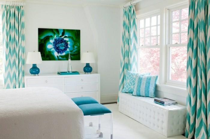 couleur chambre adulte, murs blancs, rideaux et coussins turquoise, grand lit