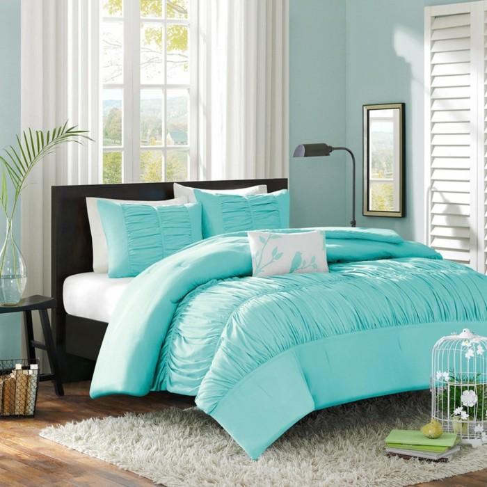 idée couleur chambre, murs bleu claire, parquet en bois, couverture de lit turquoise
