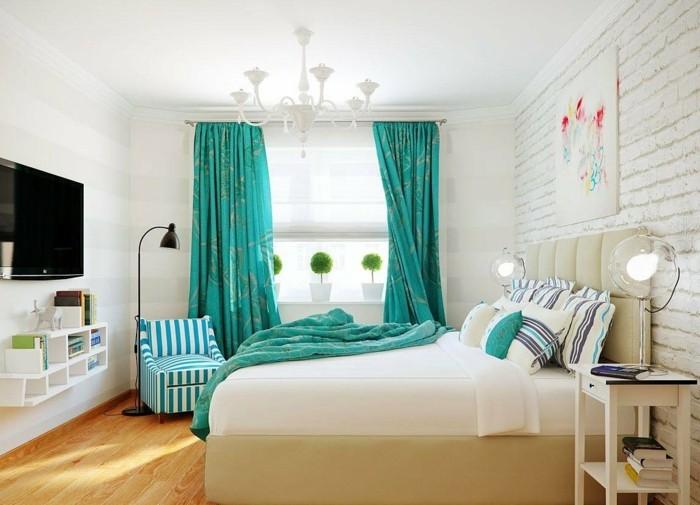 couleur chambre parental, plafond blanc, parquet en bois, rideaux turquoise
