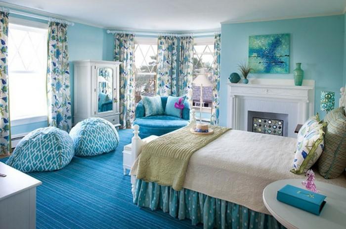 chambre turquoise, poufs, fauteil, cheminée décorative, murs turquoises