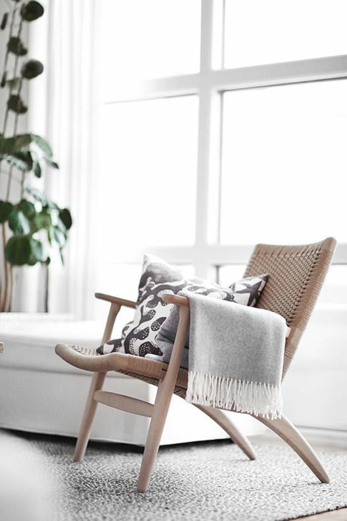 chambre-adulte-cocooning-fauteul-coussins-couverture-grise-plante-grande-fenetre