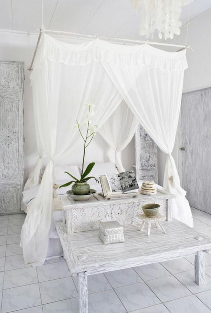 chambre-adulte-cocooning-lit-baldaquin-banc-en-bois-plantes-photo-album