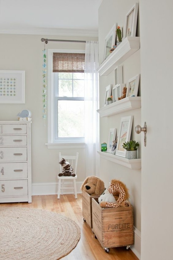 chambre-cocooning-chien-peluche-tapis-rond-étagère-photo-armoire