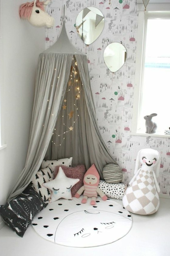 chambre-cocooning-coussin-nuage-et-jouets-lapin-cheval-mirroir-tapis-rond