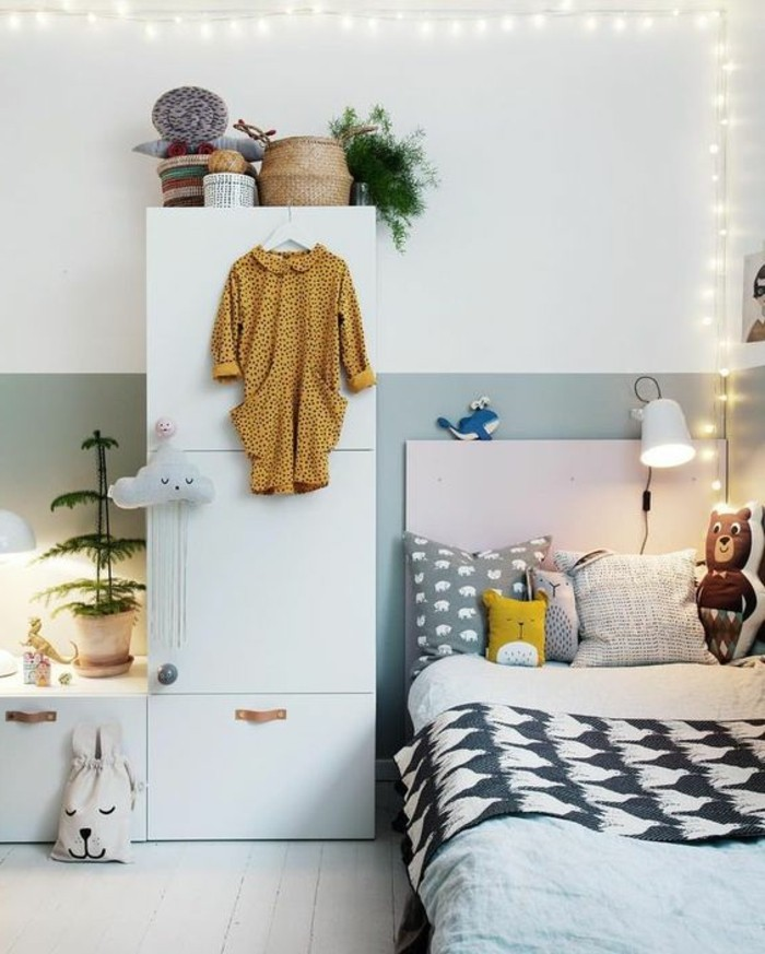 chambre-cocooning-coussins-plantes-jouets-robe-jaune-nuage-panier-ours