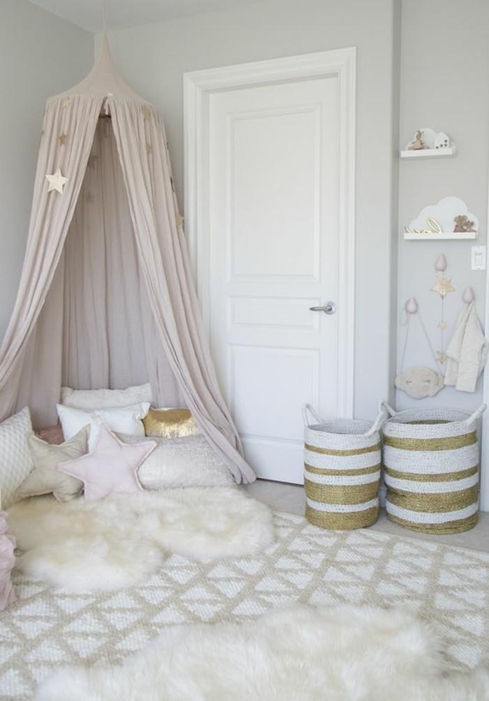chambre-cocooning-etoiles-coussins-panier-étagère-jouets-tapis