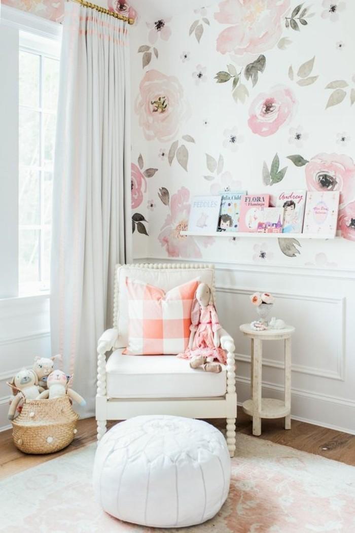 chambre-cocooning-fauteil-pouf-blanc-coussin-orange-et-blanc-murs-en-motifs-floraux