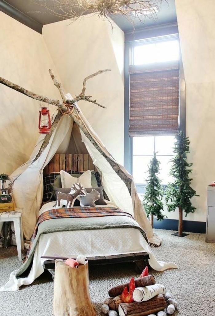 chambre-cocooning-lit-en-bois-baldaquin-feu-table-de-chevet-sapins