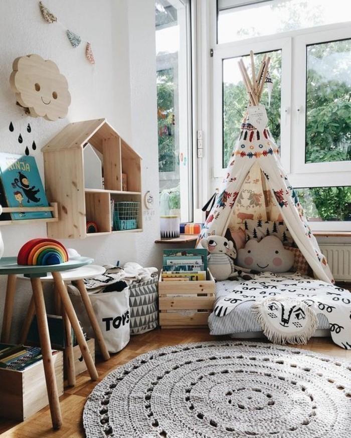 chambre-cocooning-lit-tapis-rond-étagère-livre-nuage-en-bois-panier