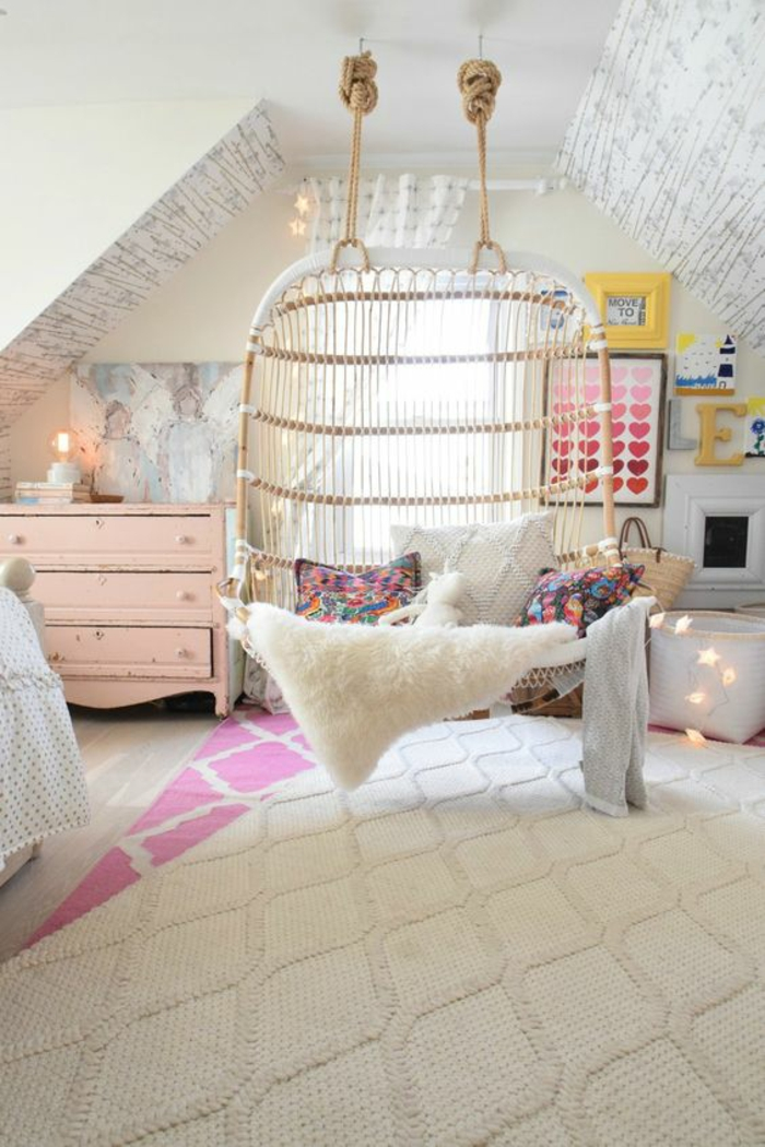 chambre-d'ado-créative-chaise-suspendue-en-bois-claire
