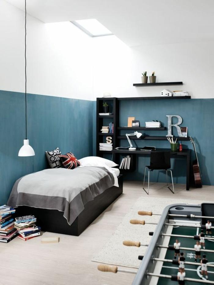 chambre-d'ado-garçon-espace-de-jeu-mur-blanc-et-bleu-canard