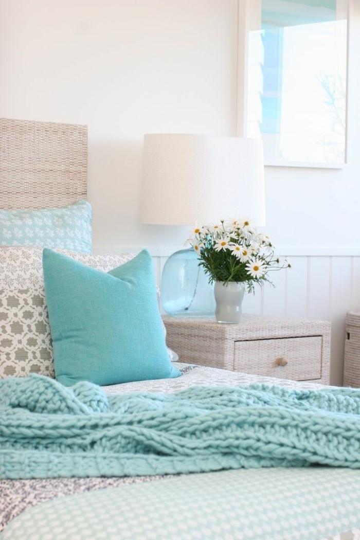 couleur chambre parental, vase de fleurs, lampe de chevet, coussins décoratifs