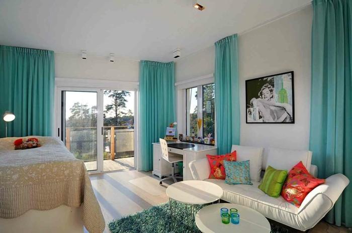 idée couleur chambre, lit beige, canapé blanc, coussins décoratifs, rideaux turquoise