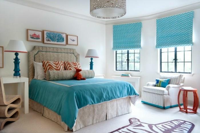 idée couleur chambre, fauteuil beige, coussins motifs animaux, couverture de lit turquoise