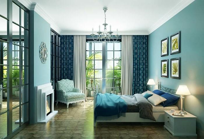 deco chambre adulte bleu, lustre en cristaux, grande fenêtre, coussins décoratifs